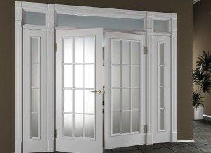 Двери с качающимися остеклёнными полотнами