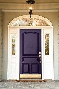 Фиолетовый цвет двери в интерьере