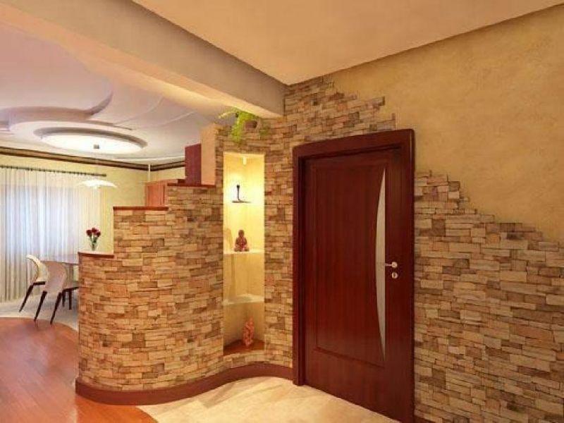 Применение декоративного камня в отделке дверного проема