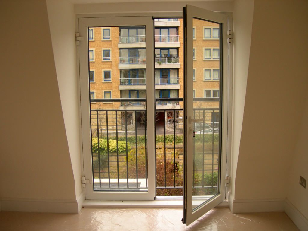 Двухстворчатая распашная дверь на балкон