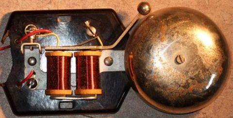 Электромагниты приводят в действие пластину с молоточком
