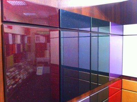 Эмаль представляет собой глянцевую поверхность с различными эффектами
