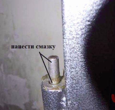 Если навесы не имеют съемной оси, для их разборки поднимите дверное полотно