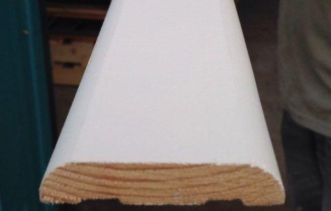 Если вам нужны наличники на двери — белые МДФ хорошо сочетаются с окрашенными деревянными элементами