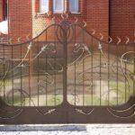 Фигурные ворота из металла и поликарбоната