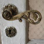 Фурнитура оригинальной формы с цветочным мотивом