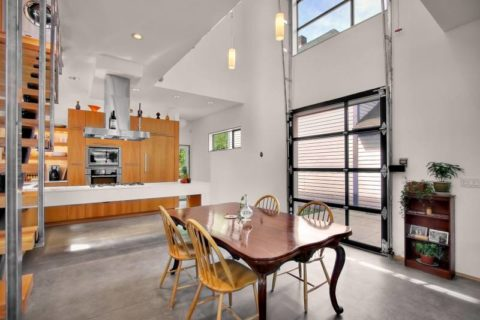Гаражные двери в квартире свободной планировки – удачная идея подчеркнуть современный лофт