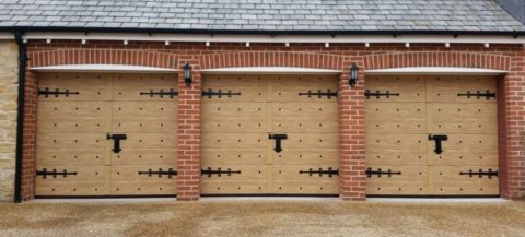 Гаражные ворота с коваными украшениями