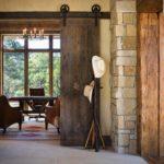 Грубоватая текстура дверного полотна отлично сочетается с каменной отделкой стен