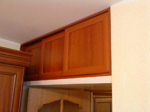 Из-за стоящей рядом мебели дверки сделаны раздвижными