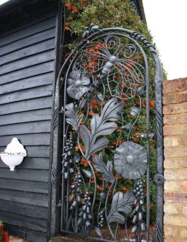 Изящная садовая калитка
