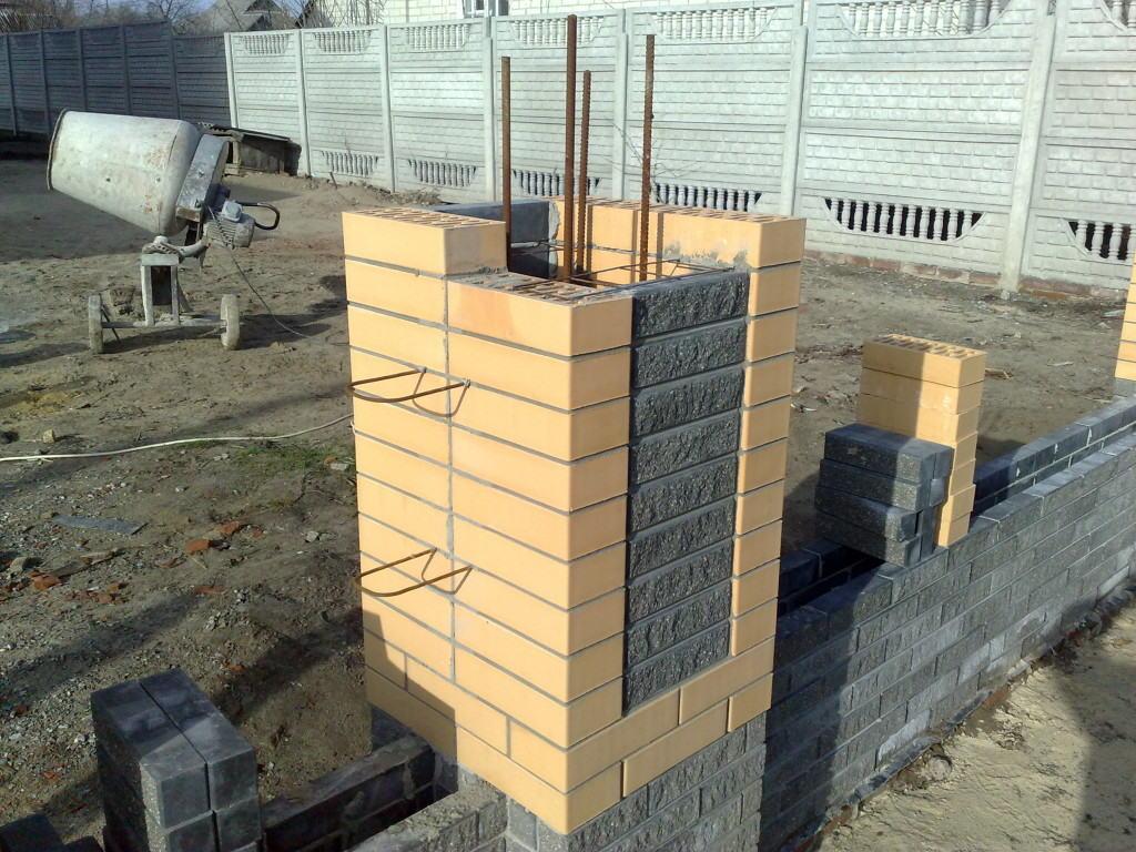 Кирпичные столбы ограды