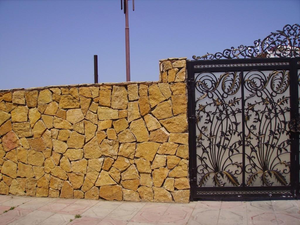 Калитка в заборе из дикого камня