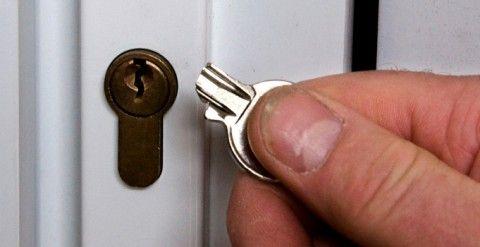 Как сломать дверной замок