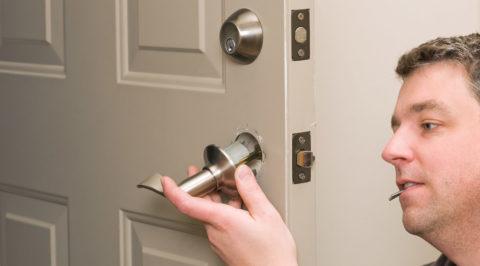 Как снять дверную ручку межкомнатной двери