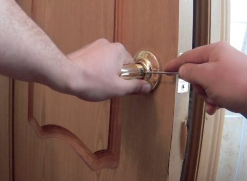 Как снять дверные ручки