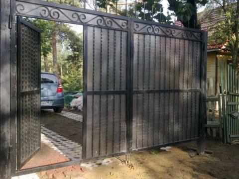 Калитка внутри ворот