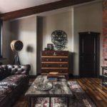 Классический дизайн двери также органично впишется в лофт интерьер с кожаным диваном