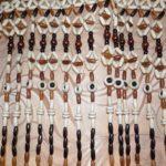 Костяные бусины разной формы и цвета составляют определённый рисунок