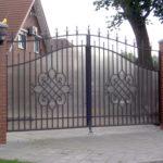 Кованые ворота, облицованные поликарбонатом
