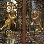 Красивая решетка на входной двери