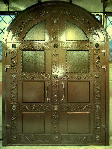 Массивные кованые двери