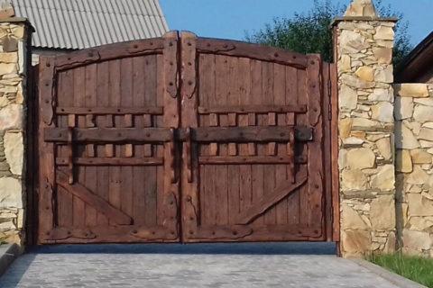 Массивные ворота на даче