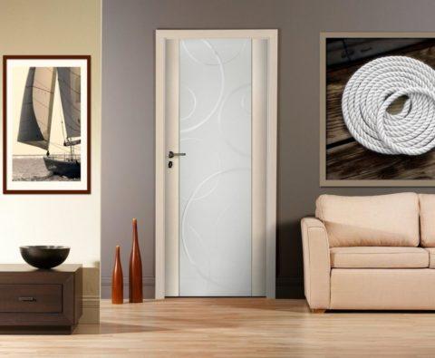 Матовая вставка из стекла современной конструкции украшается абстрактным рисунком