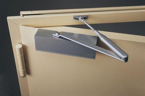 Металлические двери создают повышенную нагрузку на механизм доводчика