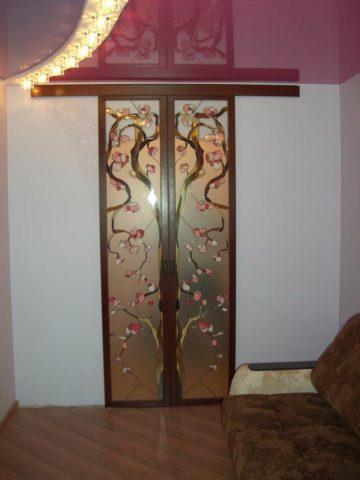 Межкомнатная витражная дверь, выполненная из МДФ