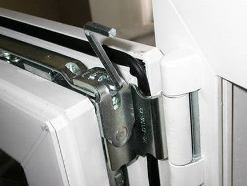 Как смазать балконные пластиковые двери