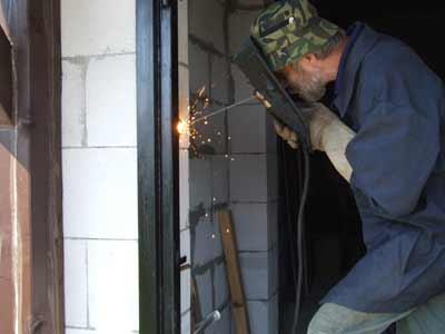 монтаж входных металлических дверей