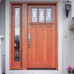 На белом фасаде органично будет смотреться дверное полотно из светлых пород древесины