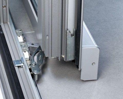 На фото виден выдвижной механизм наклонно-сдвижной двери