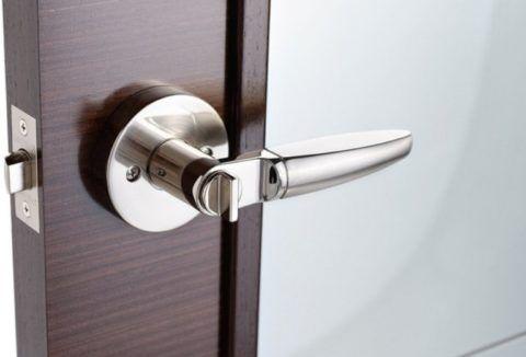 Накладки дверных ручек под хром отличаются надежностью