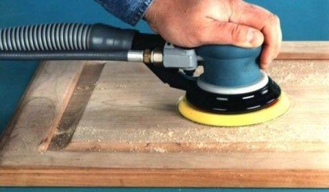 Наконец, шлифуем полотно, подготавливая поверхность к качественному окрашиванию. Используем для этого шлифмашинку либо обычную мелкозернистую шкурку.