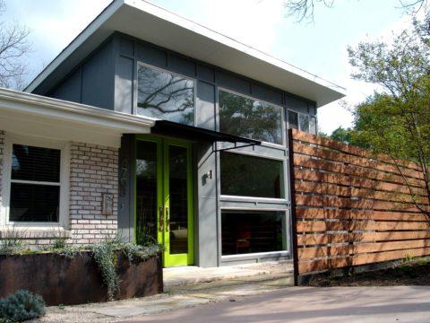 Неожиданный цвет двери подчеркнет современный стиль здания