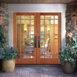 Облегчить зрительно каменный фасад позволит двухстворчатая стеклянная дверь с раскладкой