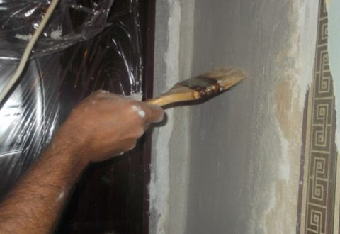 Очистите поверхность стены от пыли