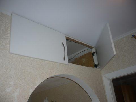 Одна дверь антресоли на фото открывается к стене