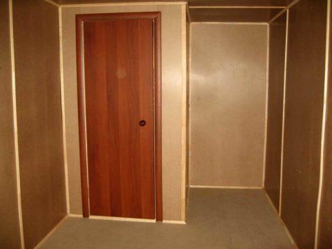 Оргалитом отделывают не только двери, но и стены и потолки бытовок и подсобных помещений