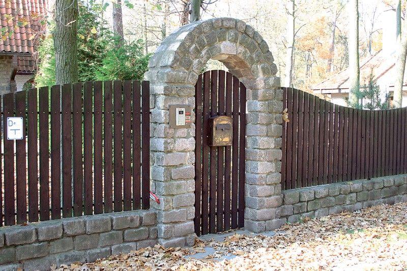 Оригинальное ограждение: арочная калитка из камня