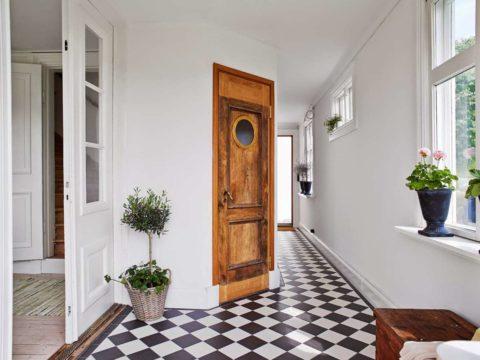 Оригинальное решение – дверь корабельной каюты из массива