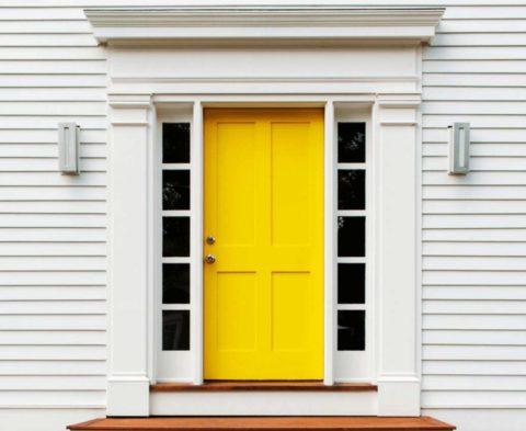 Оригинальный способ сделать акцент на входной группе, если фасад выполнен в нейтральном цвете