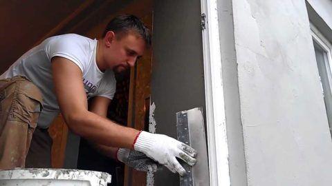 Оштукатуривать дверной проем снаружи и изнутри