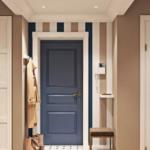 Оттенок входной двери подобран к одному из цветов на обоях, поэтому она органично смотрится на фоне светлой отделки