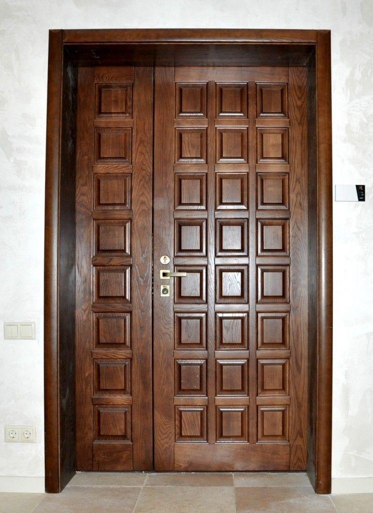 Парадная дверь с большим количеством филёнок