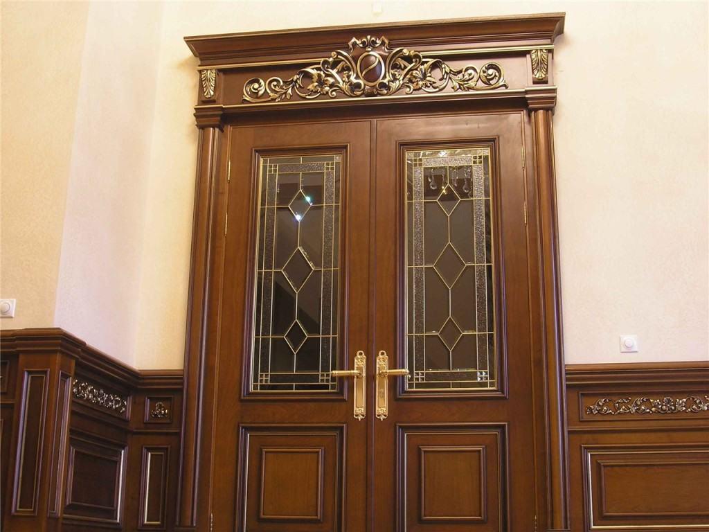 Парадная двухстворчатая дверь
