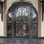 Парадные двери со стеклом и ковкой