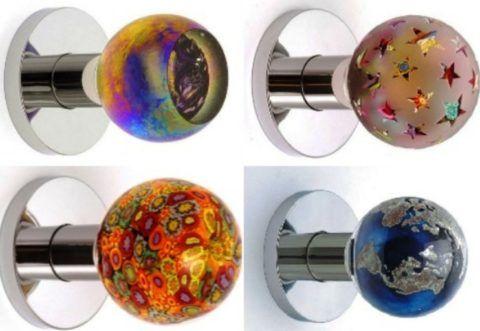 Подсветка дверных ручек делает их еще оригинальнее